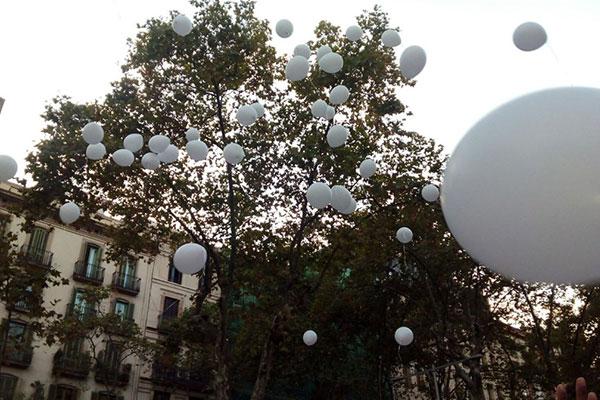 Globos blancos volando